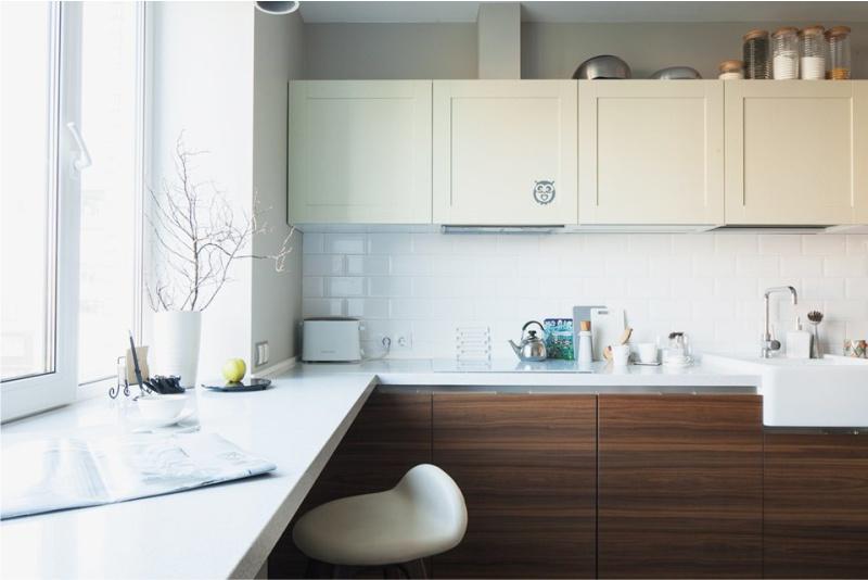 Blatul alb al mesei de bucătărie în locul pervazului obișnuit al ferestrei
