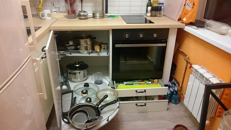 Carusel rotativ în modulul de colț al setului de bucătărie