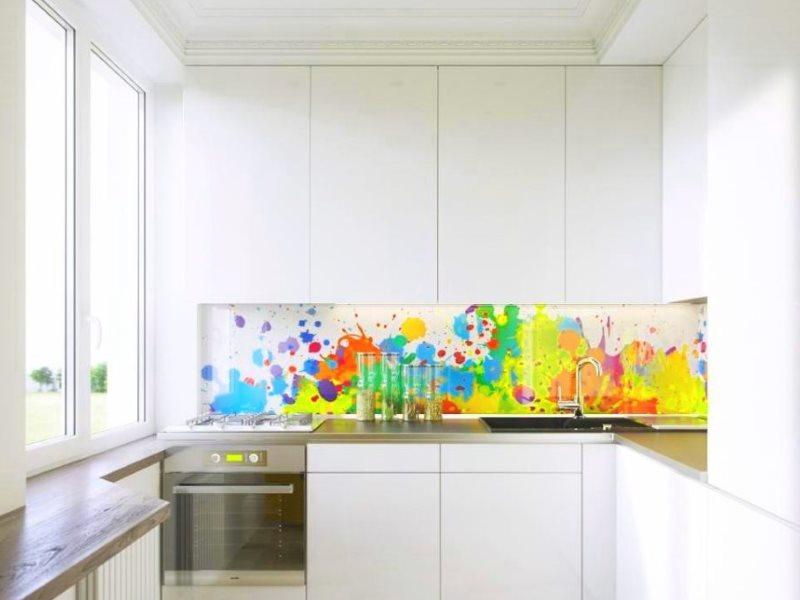 Șorț luminos cu imprimare foto într-o bucătărie mică cu frigider