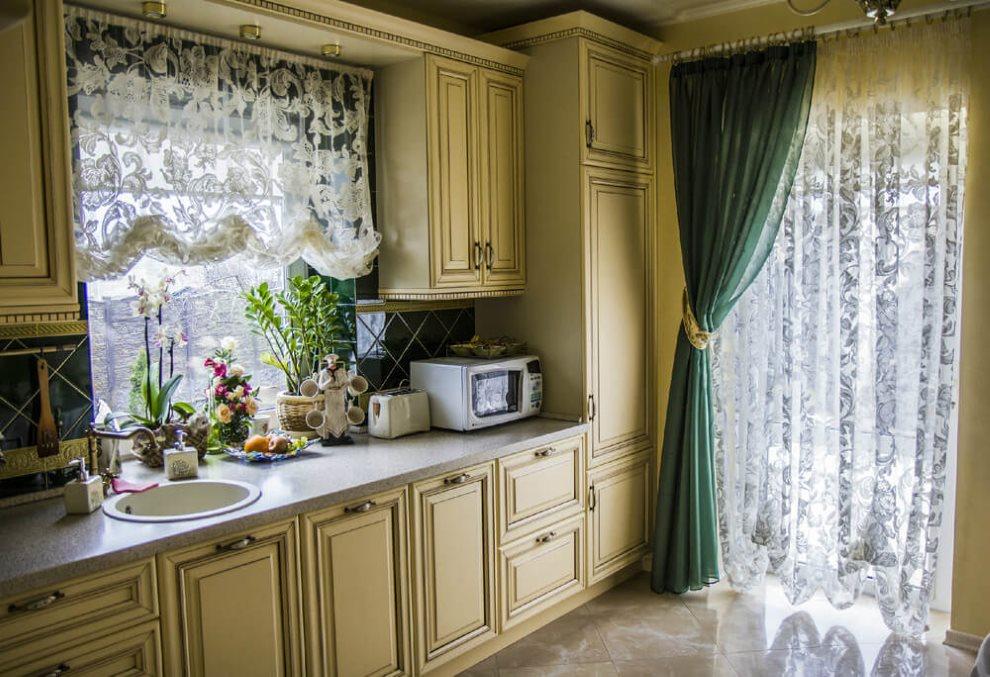 ستارة خضراء على باب المطبخ في منزل خاص