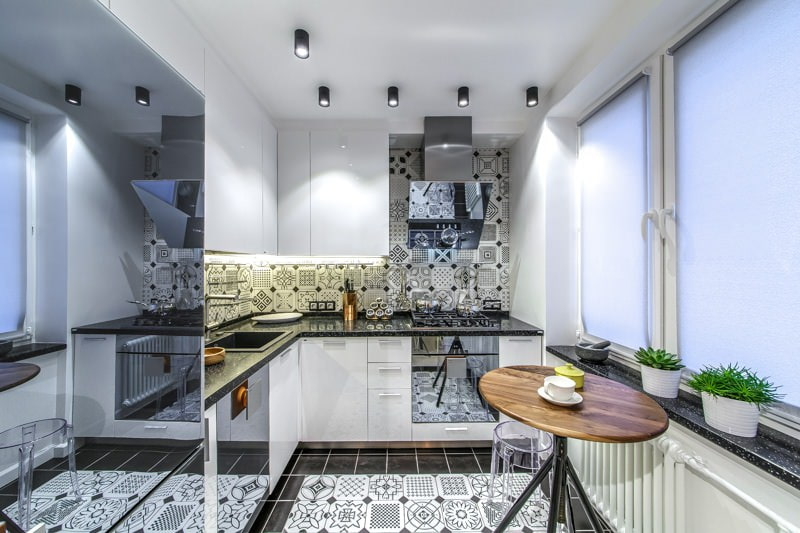 Un grand miroir frigo dans une petite cuisine