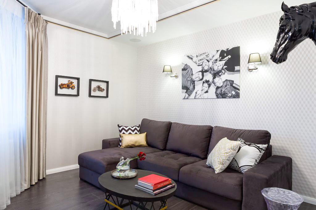 giấy dán tường màu trắng trong phòng khách