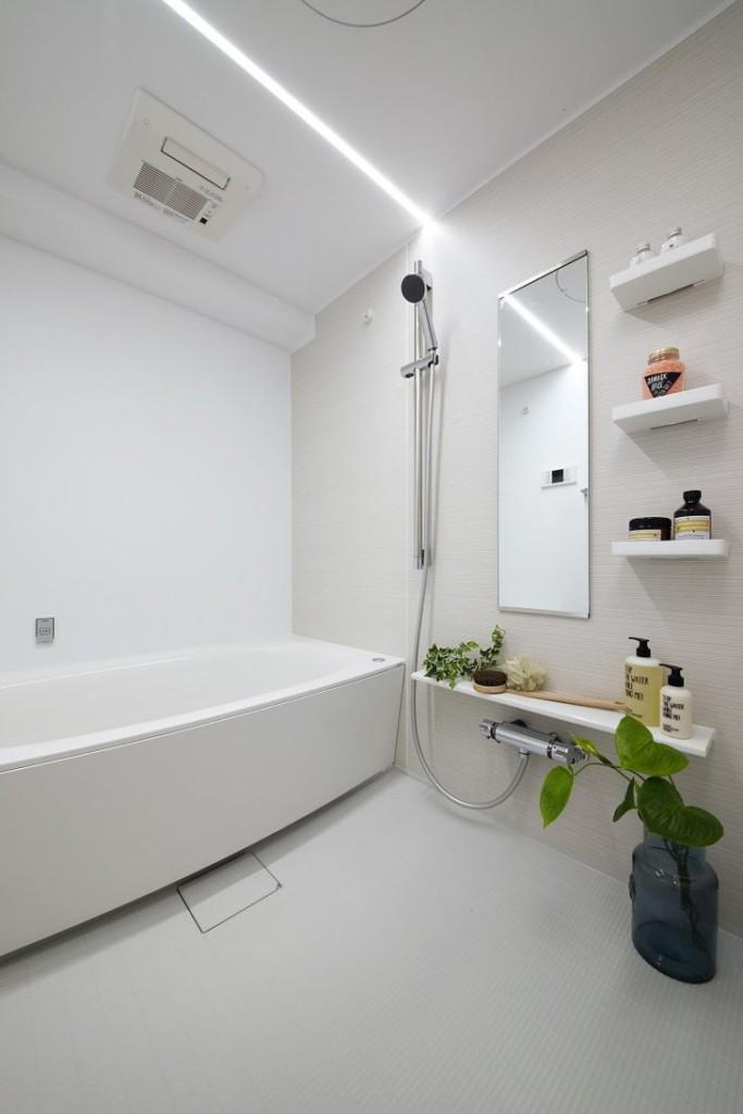 Sol blanc en vrac dans une petite salle de bain