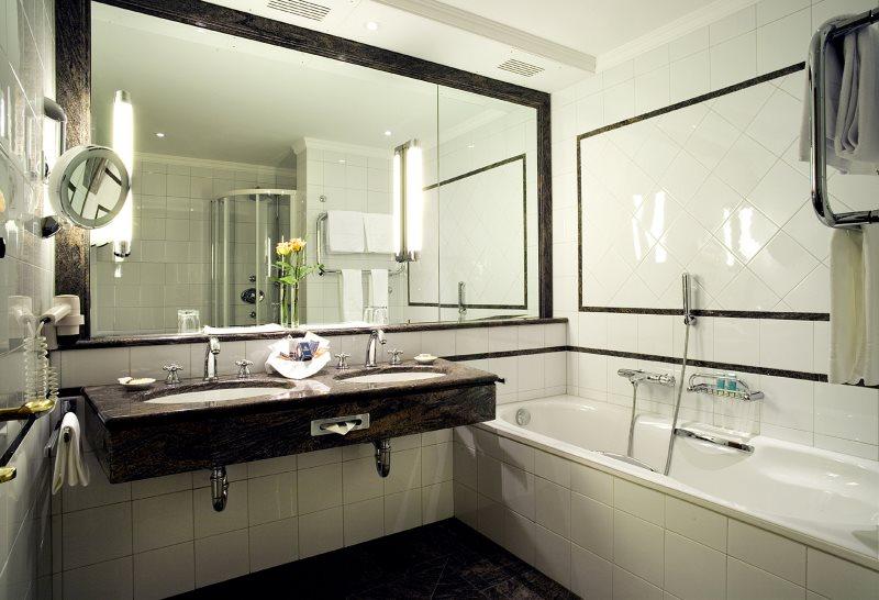 Gương lớn trên tường của một bồn tắm nhỏ