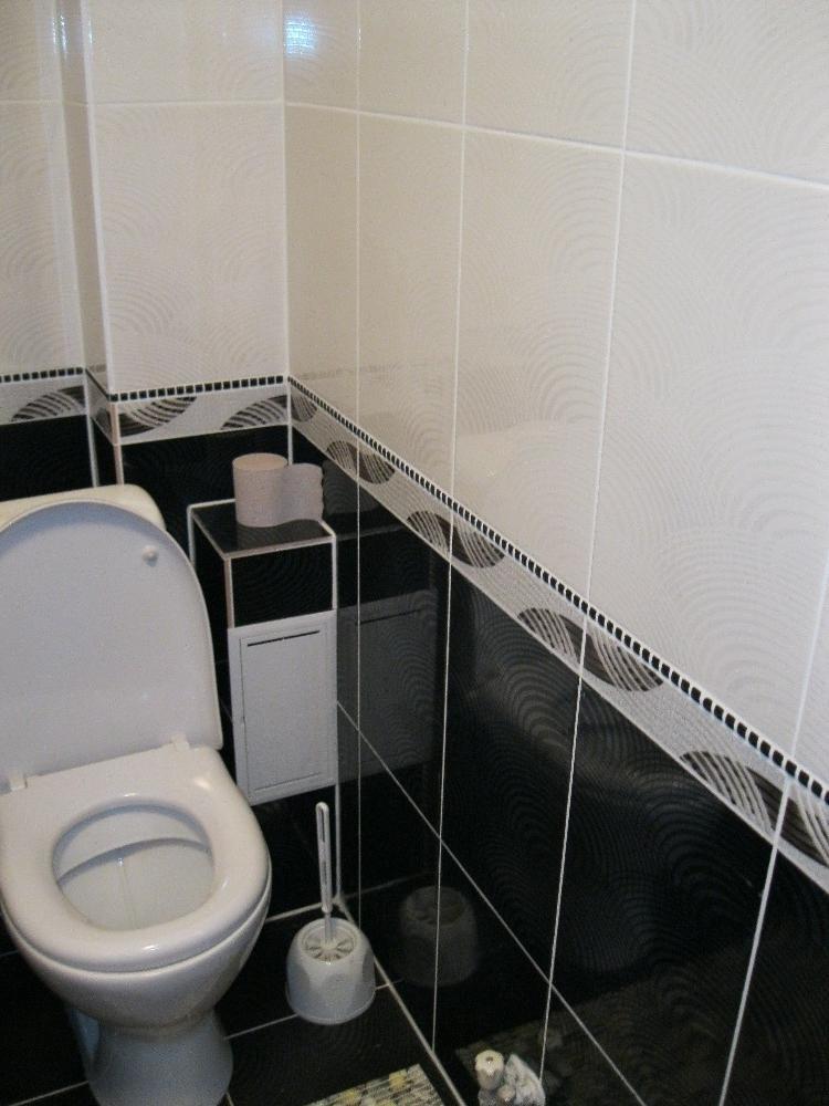Intérieur des toilettes en noir et blanc