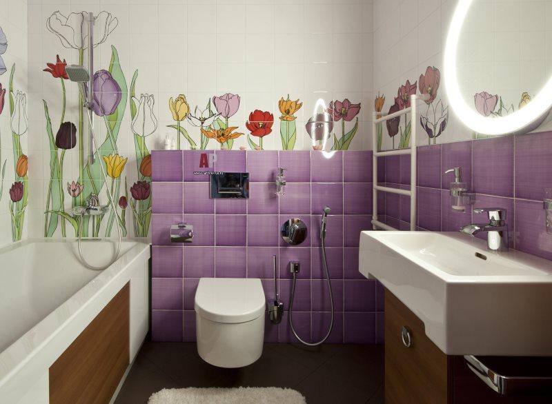 Tuile lilas sur le petit mur de la salle de bain