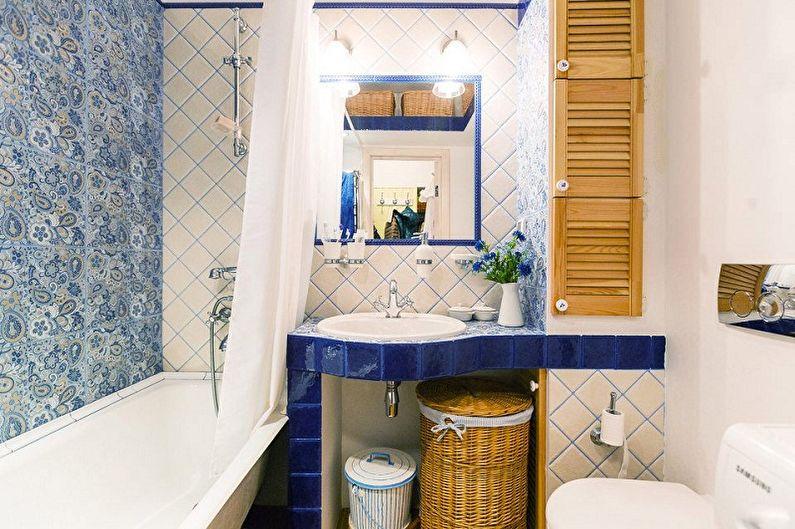 Portes en bois sur le mur de la salle de bain