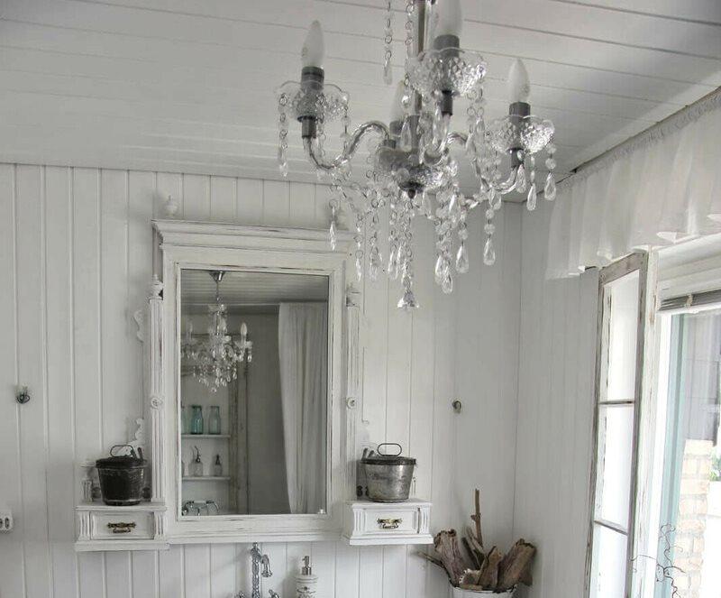Đèn chùm thủy tinh trên trần gỗ