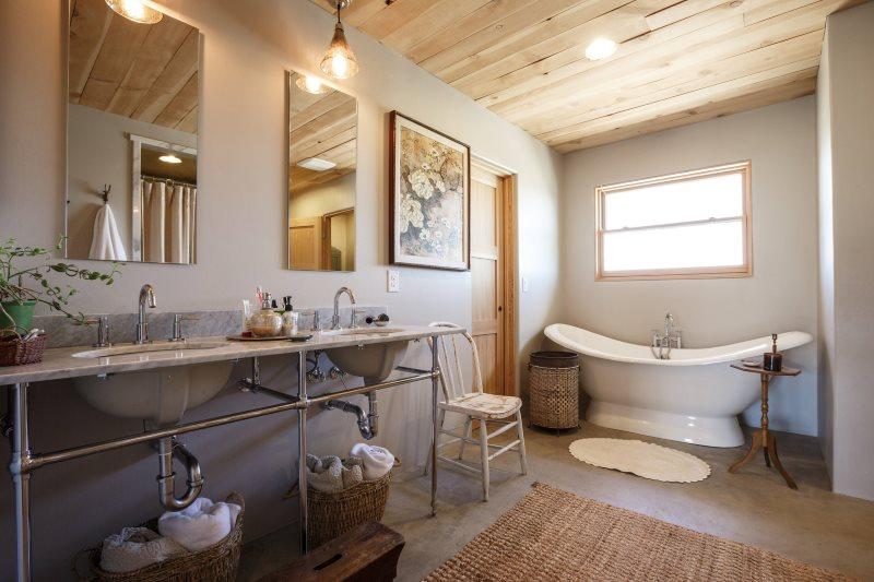 Bảng trên trần nhà tắm