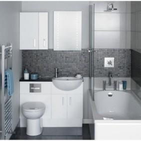 Petits carreaux gris sur le mur de la salle de bain