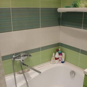 Carreaux de céramique multicolores dans la salle de bain