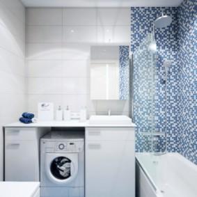 Carreaux bleus sur le sol de la salle de bain