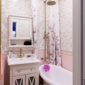 Piédestal en bois dans une salle de bain rustique