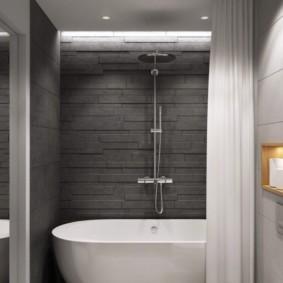 حمام أبيض في الغرف ذات البلاط الرمادي.