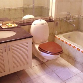 Couvercle brun sur une toilette suspendue