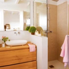 Meubles en bois à l'intérieur de la salle de bain