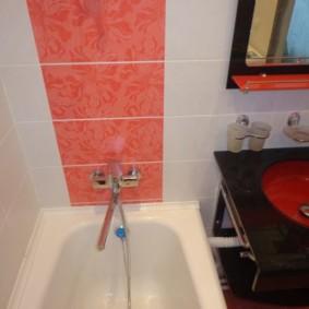 Mélangeur de carreaux roses dans la salle de bain