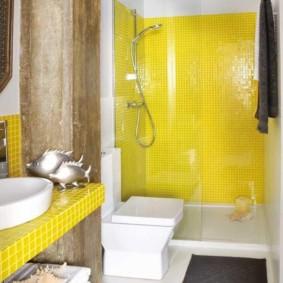 البلاط الأصفر في الحمام الحديث