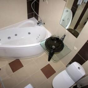 حمام صغير مع تركيبات متناقضة