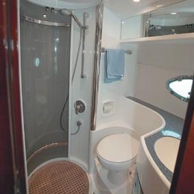 Cabine de douche dans une petite baignoire