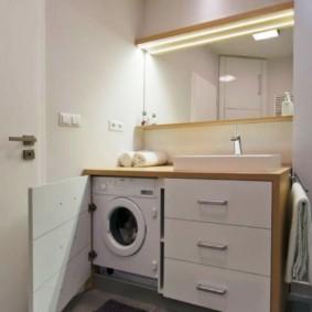 Machine à laver dans une armoire en bois
