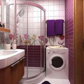 المناشف الأرجواني على جدار الحمام
