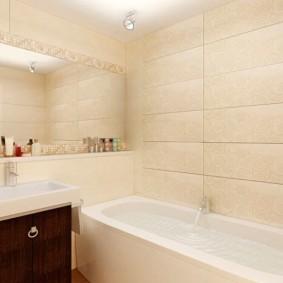 Grand miroir dans la salle de bain
