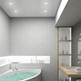 Niche éclairée sur une baignoire blanche.