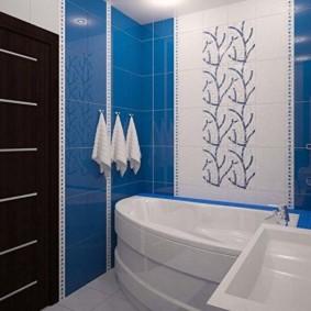 Porte noire dans la salle de bain combinée