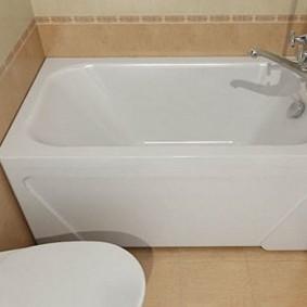حمام أبيض على خلفية من البلاط البيج