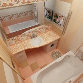 الحمام الداخلية مع مرآة كبيرة