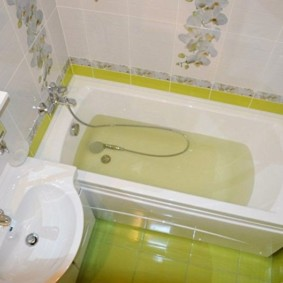 Carreau de chaux sur le sol de la salle de bain