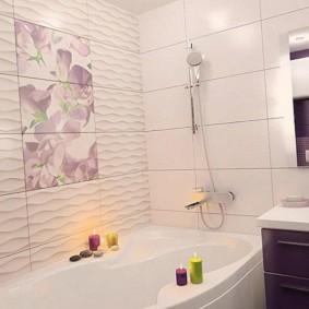 Panneau en céramique sur le mur de la salle de bain