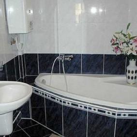 إناء مع الزهور الطازجة في الحمام