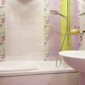 Carrelage étroit sur le mur de la salle de bain combinée