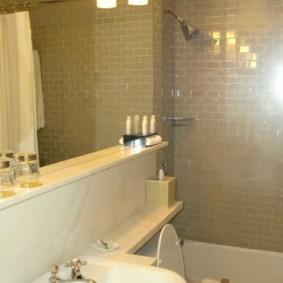 مرآة الحائط في الحمام