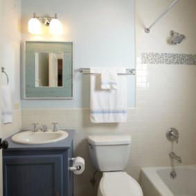 Giá treo khăn trên một nhà vệ sinh màu trắng