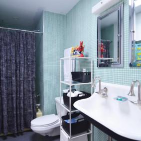 Rèm màu xám trên gờ trong phòng tắm