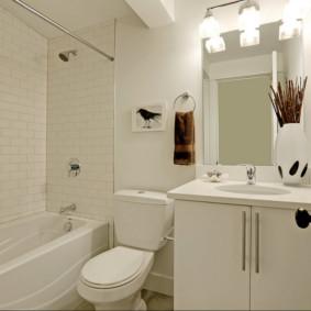 Bồn rửa trắng trong phòng tắm nhỏ