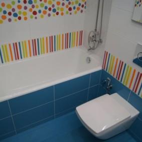 Gạch màu xanh trên sàn phòng tắm