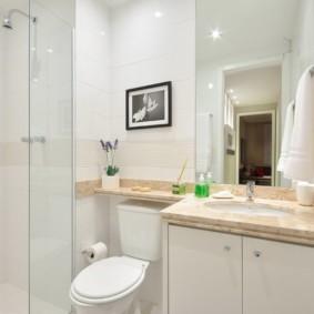 Phòng tắm trắng với vòi hoa sen cổ điển