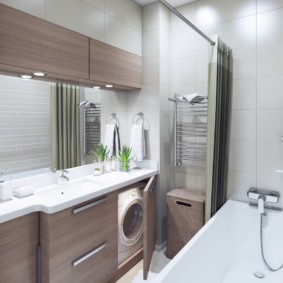 Máy giặt sau cánh cửa trong phòng tắm