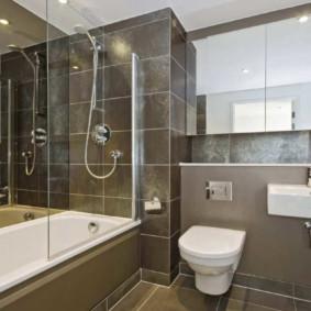 Nhà vệ sinh màu trắng trên một bức tường màu xám