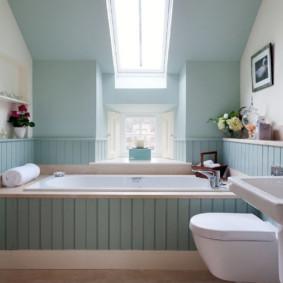 Bức tường màu xanh nhạt của phòng tắm gác mái