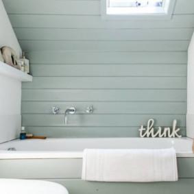 Lót nhựa trên một bồn tắm trắng