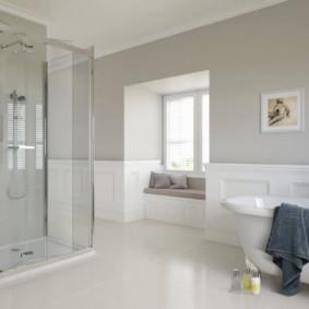 Phòng tắm rộng rãi với sàn trắng