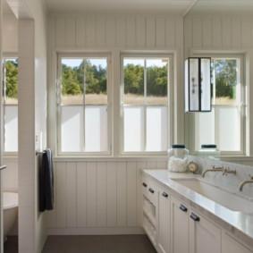 Phòng tắm hẹp với hai bồn rửa