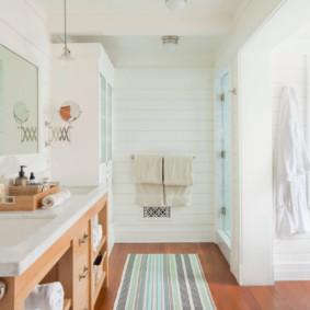 Phòng tắm sáng sủa với một tấm gương lớn
