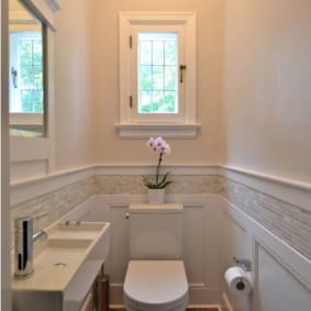 Nhà vệ sinh trắng trên sàn gỗ