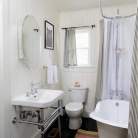 Rèm tổng hợp trên gờ trong phòng tắm